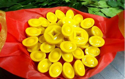 Bánh đậu xanh thỏi vàng đang cháy hàng trước ngày vía Thần Tài.