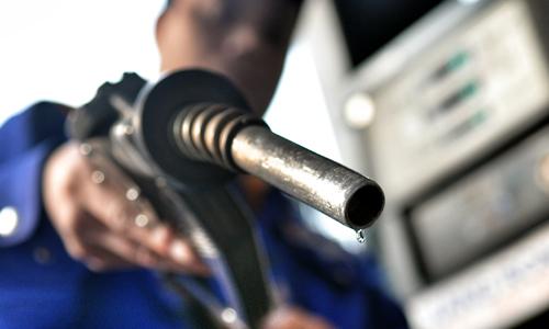 Nếu đề xuất của Bộ Tài chính được thông qua, mỗi lít xăng sẽ cõng thêm 1.000 đồng thuế bảo vệ môi trường. Ảnh: Q.Đ.
