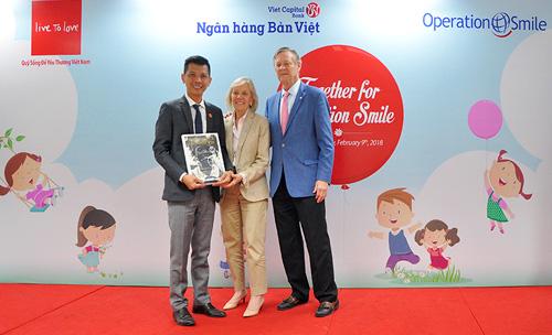 Tổ chức Operation Smile trao kỷ niệm chương cho Ngân hàng Bản Việt