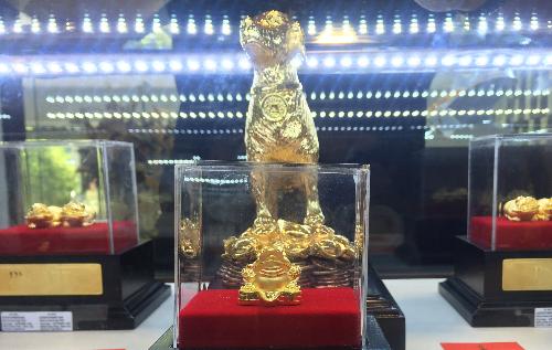 Thần Tài năm nay sản phẩm chó vàng được chú trọng. Ảnh: PV.