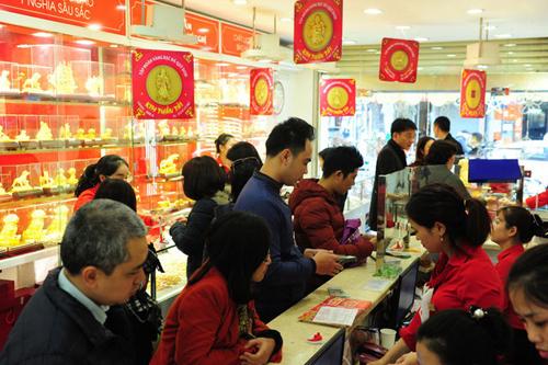 Từ sáng nay (mùng 9 Âm lịch), nhiều cửa hàng vàng đã đông khách tới mua hơn hẳn ngày thường.