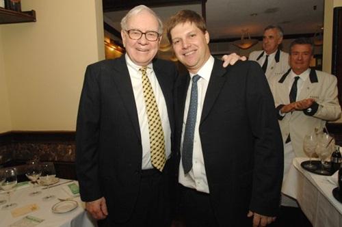Warren Buffett (trái) và Guy Spier (phải). Ảnh:Guy Spier