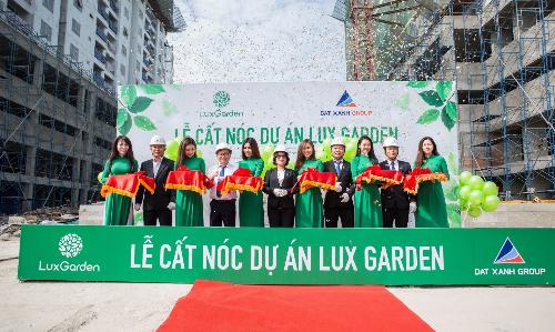 Lãnh đạo Tập đoàn Đất Xanh tại buổi lễ cất nóc dự án LuxGarden.