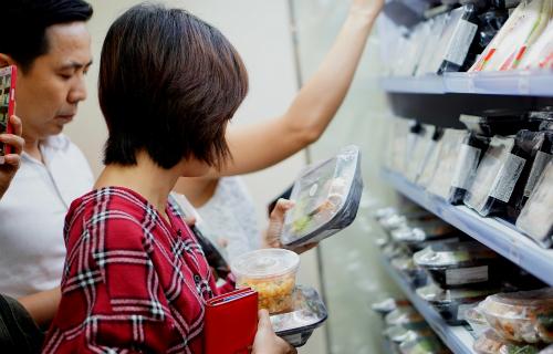 Khách hàng lựa chọn các món ăn chế biến sẵn trong cửa hàng của 7-Eleven Việt Nam. Ảnh: Viễn Thông