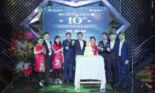 Các đại biểu chúc mừng kỷ niệm 10 năm thành lập.