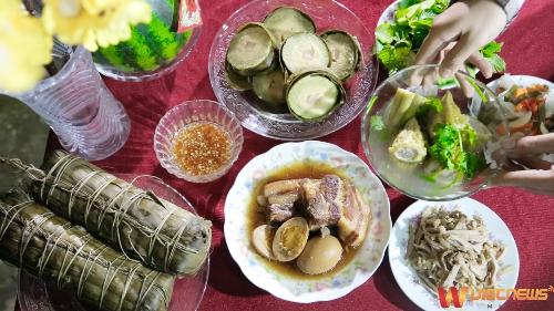 Mâm cơm truyền thống ngày Tết với những món ăn đặc trưng như: thịt kho rệu, bánh tét, khổ qua&