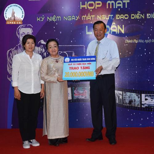 Tiền phúng điếu của cố đạo diễn Lê Dân được trao cho các văn nghệ sĩnghèo, neo đơn.