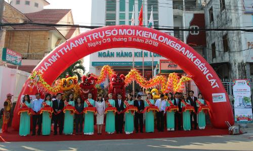 Nghi thức cắt băng khánh thành trụ sở mới của Kienlongbank tại thị xã Bến Cát/