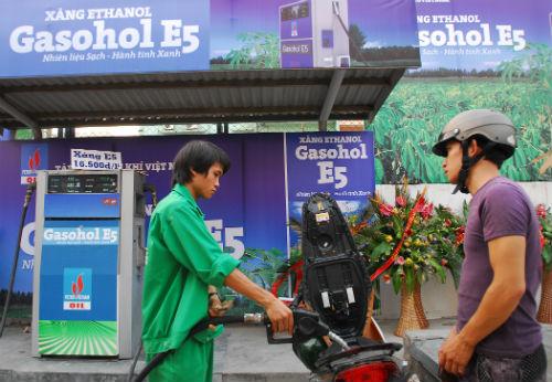 Sản lượng xăng sinh học E5RON92 tiêu thụ thấp sau thời gian bán đại trà khiến doanh nghiệp e ngại lãng phí xã hội lớn khi người dân chuyển dùng xăng RON95 giá bán cao và đề xuất cho bán lại xăng RON92. Ảnh: PVOil