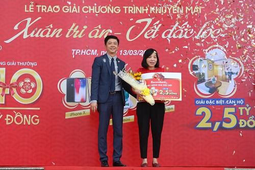 Ông Nguyễn Minh Tâm trao giải đặc biệt cho khách hàng Nguyễn Thị Thùy Hương