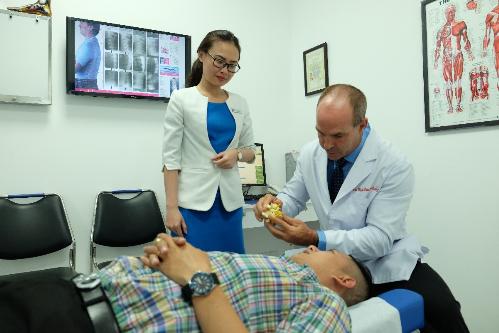 Bác sĩ Wade Brackenbury tư vấn cho bệnh nhân phương pháp trị liệu thần kinh cột sống.