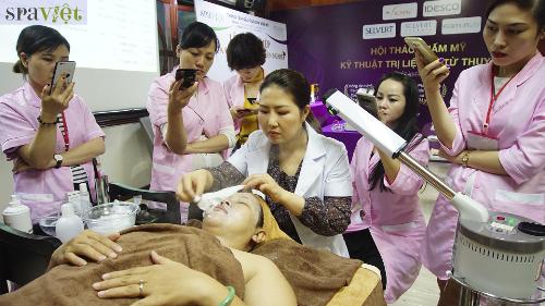 Học viên được theo dõi trọn bộ liệu trình phục hồi da bằng mỹ phẩm Selvert Thermal