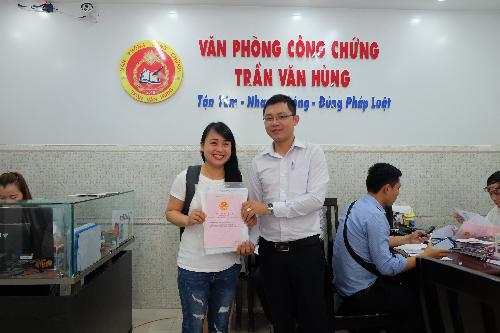 Nhiều khách hàng nhận công chứng quyền sử dụng đất khu dân cư Phùng Hưng.