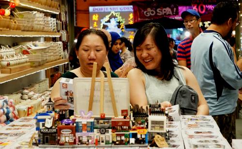 Du khách Việt mua sắm tại một cửa hàng lưu niệm ở Cameron, Malaysia. Ảnh: Viễn Thông
