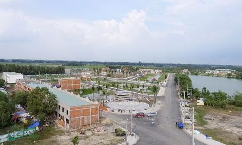 Dù giá đất nền tỉnh giáp ranh Sài Gòn đã tăng vọt thời gian qua, nhưng bất động sản vùng ven này vẫn có mặt bằng giá khá thấp so với nội đô TP HCM nên trở thành điểm đến của những dòng vốn nhỏ. Ảnh: Vũ Lê