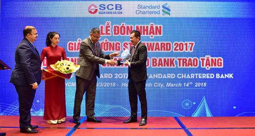 Đại diện SCB nhận giải thưởng từ Ngân hàng Standard Chartered.
