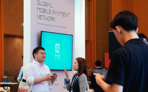 Với khẩu hiệu Hệ thống thanh toán di dộng toàn cầu, Ant Financial đang tích cực quảng bá hình ảnh ở Singapore. Ảnh: Viễn Thông