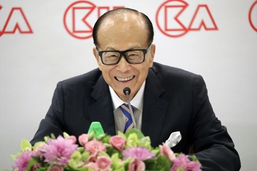 Li Ka-shing trong buổi họp báo hôm nay. Ảnh: Bloomberg