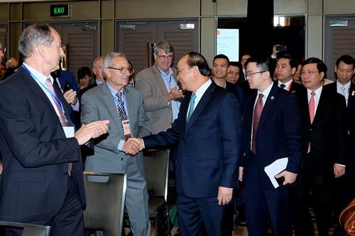 Thủ tướng gặp các doanh nghiệp tham gia diễn đàn hôm nay. Ảnh: VGP