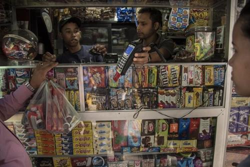 Một người mua dùng thẻ thanh toán tại Venezuela. Ảnh: Bloomberg