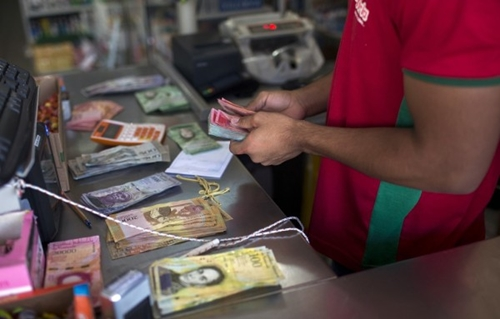 Đồng elorza được đổi bằng bolivar, chỉ có giá trị tại thành phố Elorza. Ảnh: AFP