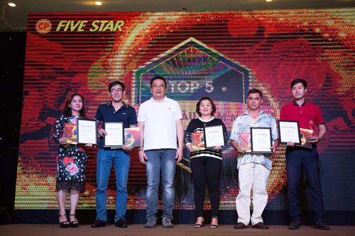 Ông Suphat Sritanatorn, Phó tổng giám đốc (người mặc áo trắng ) trao chứng nhận và kỷ niệm chương cho khách hàng kinh doanh Five Star hợp tác với CPV lâu năm.