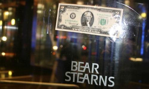 Tờ 2 USD dán trên cửa xoay củaBear Stearns ngày 17/3/2008. Ảnh: Reuters