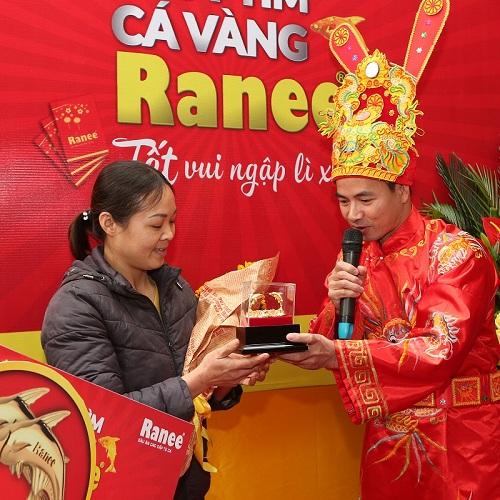 Táo Quân Xuân Bắc trao cặp cá vàng Ranee đến chủ nhân may mắn tại Hà Nội