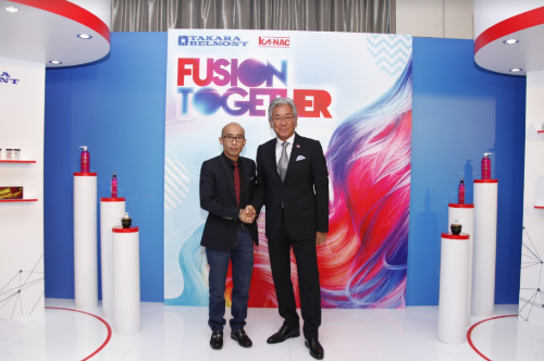 Ông Nguyễn Văn Ngữ, nhà sáng lập Ngữ Á Châu và ông Hidetaka Yoshikawa, Chủ tịch Tập đoàn Takara Belmont và
