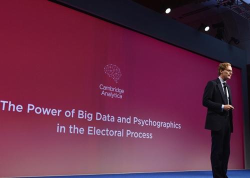 CEOCambridge Analytica -Alexander Nix trong một hội thảo năm 2016. Ảnh:Engadget