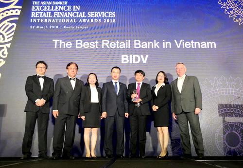Đại diện Ngân hàng TMCP Đầu tư và Phát triển Việt Nam - BIDV nhận giải thưởng.