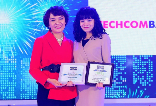 Bà Phạm Vũ Minh Đan (phải ) -Giám đốc khối Quản trị nguồn nhân lựctại lễ công bốTop 100 nơi làm việc tốt nhất Việt Nam 2017.
