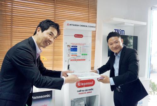 Ông Hiroyuki Kinoshita (bên trái) tin tưởng chọn phân phối máy điện giải.