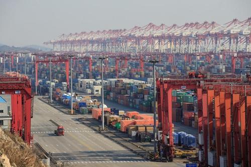 Container tại cảng nước sâu trong Khu vực Mậu dịch Tự do Thượng Hải. Ảnh: Reuters