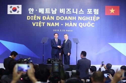 Tổng thống Hàn Quốc - Moon Jae-in và Chủ tịch nước Trần Đại Quang. Ảnh: Giang Huy