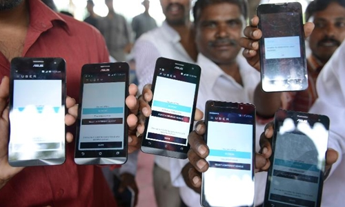 Uber phải cạnh tranh với Ola tại Ấn Độ. Ảnh: AFP