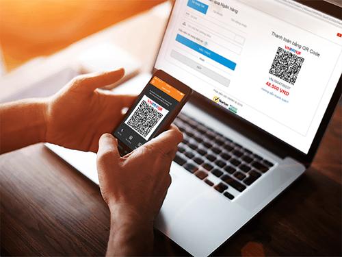 Sử dụng tính năng QR Pay để mua sắm trên các trang thương mại điện tử.