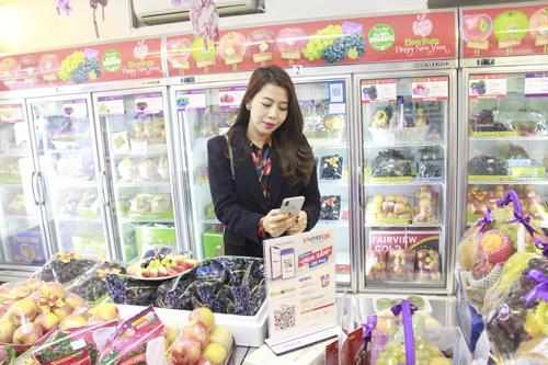MC Diệp Chi quét mã VNPAYQR để thanh toán tại cửa hàng Klever Fruit.