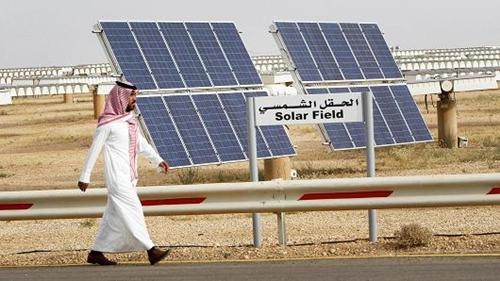 Một cơ sở sản xuất điện mặt trời củaSaudi Arabia. Ảnh: Reuters