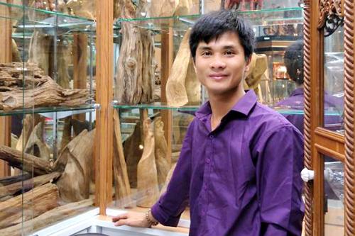 Trọng đi làm thêm 4-5 tiếng mỗi đêm chỉ để kiếm tiền trang trải cuộc sống và bán trầm hương. Ảnh: NVCC.