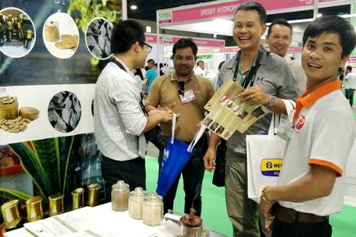 Sản phẩm nhang trầm do Trọng làm ra thu hút khách quốc tế trong một hội chợ tại Thái Lan. Ảnh: NVCC.