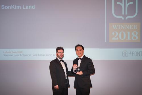 Đại diện SonKim Land lên nhận giải thưởng.