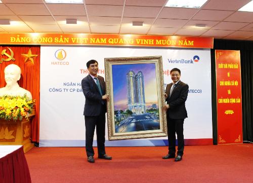 Ông Trần Văn Kỳ - Chủ tịch hội đồng quản trịHateco trao tặng bức tranh dự án Hateco La Roma cho ông Nguyễn Văn Thắng - Chủ tịch hội đồng quản trịVietinbank.