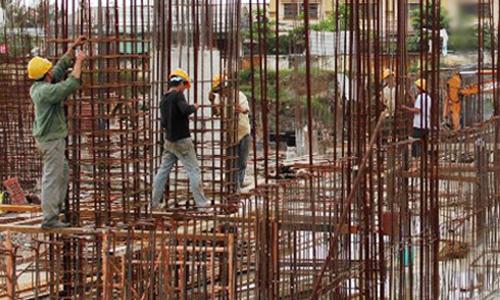 Doanh nghiệp xây dựng phải trả nhiều chi phí không chính thức hơn so với các ngành khác. Ảnh: Vũ Lê.