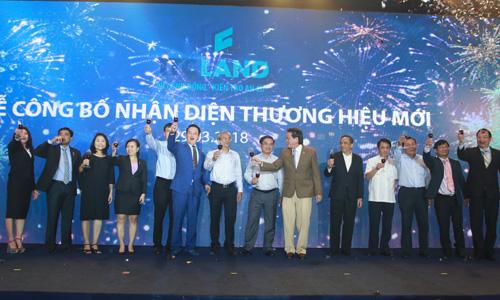 Ông Đặng Văn Thành (bên phải, áo vest nâu) và con trai Đặng Hồng Anh (bên trái, áo vest xanh) tại buổi lễ công bố nhận diện thương hiệu mới TTC Land tối 29/3. Ảnh: H.T
