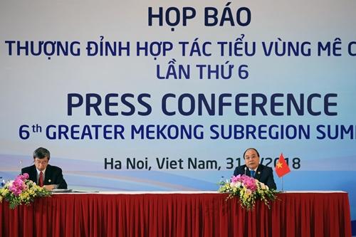 Chủ tịch ADB và Thủ tướng Nguyễn Xuân Phúc tại buổi họp báo. Ảnh: Giang Huy