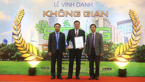 Ông Wyeren Yap Vooi Soon - Tổng giám đốc Gamuda Land TP HCM (giữa) đại diện chủ đầu tư dự án Celadon City nhận kỷ niệm chương tại lễ vinh danh.