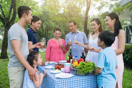 Những gia đình nhiều thế hệ thoải mái tổ chức những buổi họp mặt dưới không gian sống xanh, đầy tiện nghi tại khu đô thị Celedon City.
