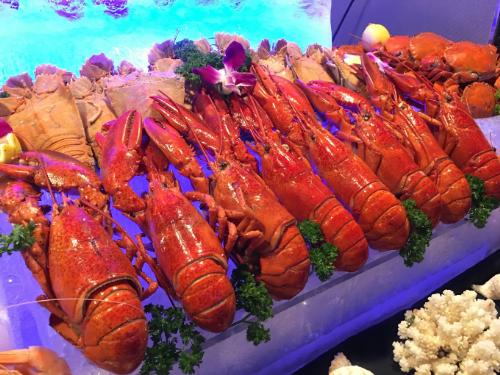 Thực khách sẽ nhận nhiều ưu đãi khi thưởng thức buffet hải sản tôm hùm.