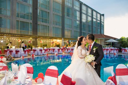 Đám cưới sang trọng, lãng mạn tại khu vực hồ bơi của khách sạn 5 sao.